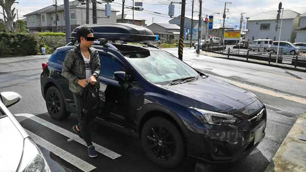 車と自分を映した写真